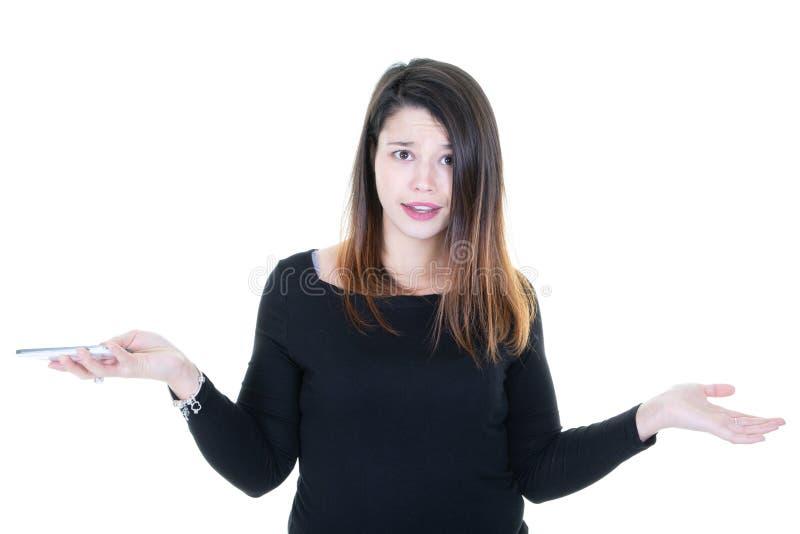 Η απογοητευμένη νέα γυναίκα με το τηλέφωνο έκπληκτη υπό εξέταση φαίνε στοκ εικόνες