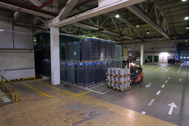 Η αποθήκη εμπορευμάτων η μπύρα και άλλα οινοπνευματώδη ποτά forklift στοκ φωτογραφία