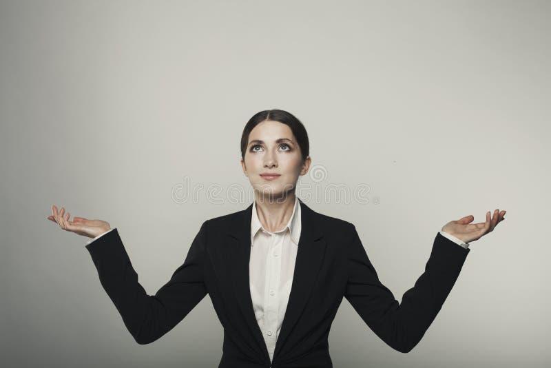 Η απομονωμένη επιχειρησιακή γυναίκα δίνει επάνω στον πυροβολισμό στούντιο στοκ φωτογραφία με δικαίωμα ελεύθερης χρήσης