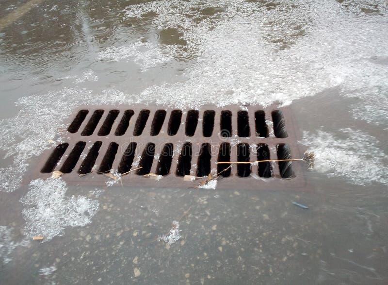 Η αποξήρανση βροχής, λύματα θύελλας δεν μπορεί να αντιμετωπίσει τη ροή του νερού και του χαλαζιού στοκ φωτογραφία