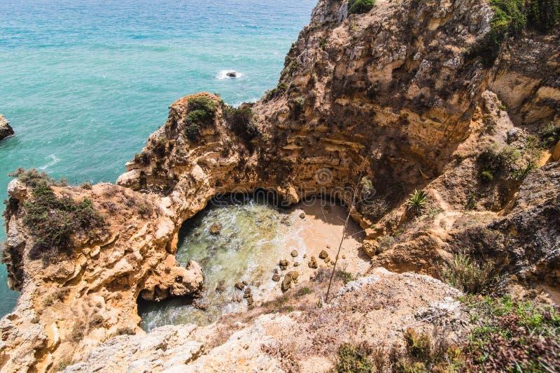Η απόλαυση κατά τη θαυμάσια στενή επάνω άποψη σχετικά με seascape με τη ζάλη των τεράστιων απότομων βράχων βράχων με τις θάλασσες στοκ εικόνες με δικαίωμα ελεύθερης χρήσης