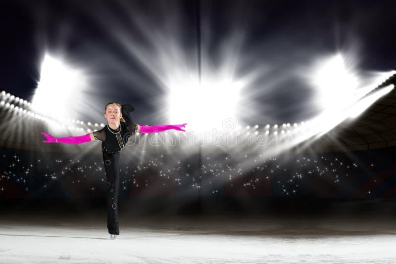 Η απόδοση των νέων σκέιτερ, πάγος παρουσιάζει στοκ φωτογραφία