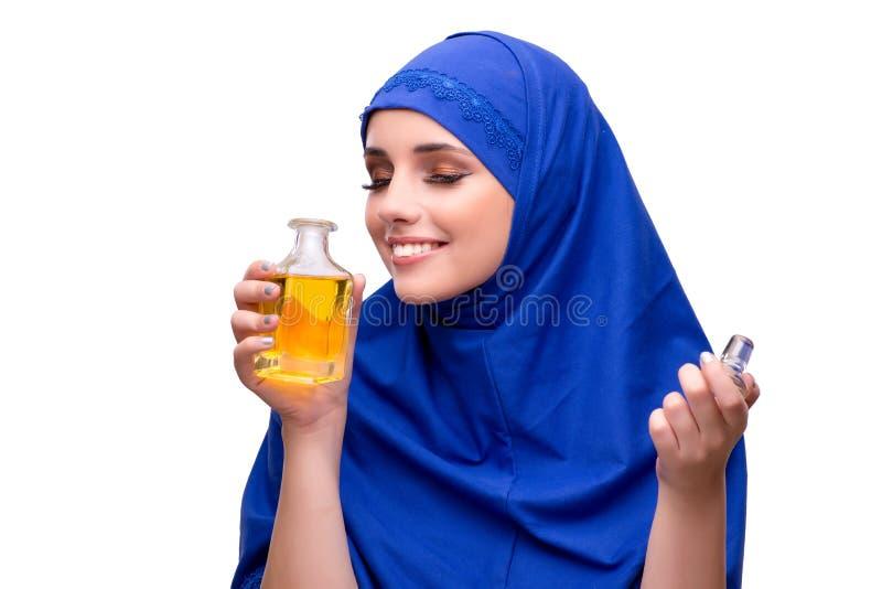 Η αραβική γυναίκα με το μπουκάλι του αρώματος που απομονώνεται στο λευκό στοκ εικόνες με δικαίωμα ελεύθερης χρήσης