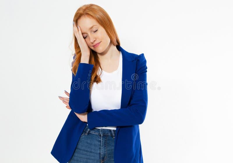 Η αρκετά κόκκινη γυναίκα τρίχας που καλύπτει το πρόσωπό της με το χέρι, νέο ευρωπαϊκό κορίτσι στο σκούρο μπλε κοστούμι κρύβει το  στοκ φωτογραφία με δικαίωμα ελεύθερης χρήσης