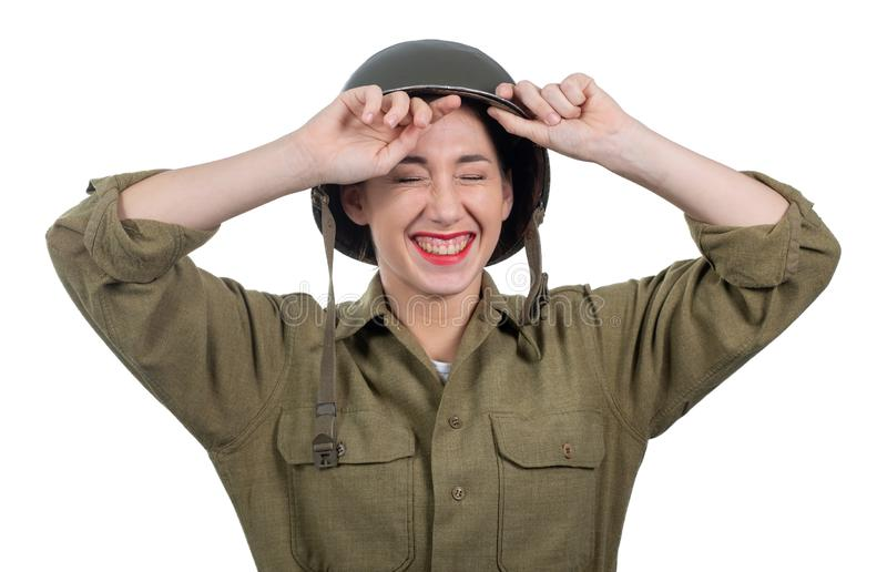 Η αρκετά νέα γυναίκα έντυσε στην αμερικανική στρατιωτική στολή ww2 με τ στοκ φωτογραφία