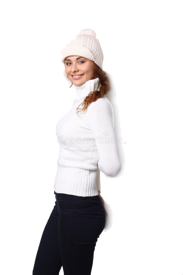 Η αρκετά νέα γυναίκα κοστίζει το α πίσω σε έναν καθαρό πίνακα δημοσιότητας στοκ φωτογραφία με δικαίωμα ελεύθερης χρήσης