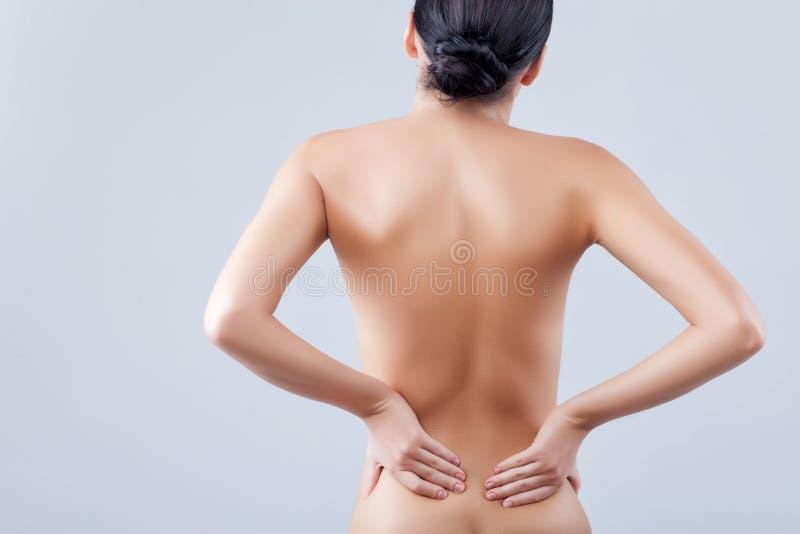 Η αρκετά νέα γυναίκα τρίβει το σώμα της στοκ φωτογραφίες με δικαίωμα ελεύθερης χρήσης