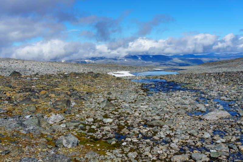 Η αρχή ενός καταρράκτη στο τέλος στη Νορβηγία στοκ εικόνες