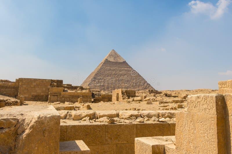 Η αρχαία αιγυπτιακή πυραμίδα Khafre με τις καταστροφές, τους τάφους και τα μνημεία σε Giza στοκ εικόνα