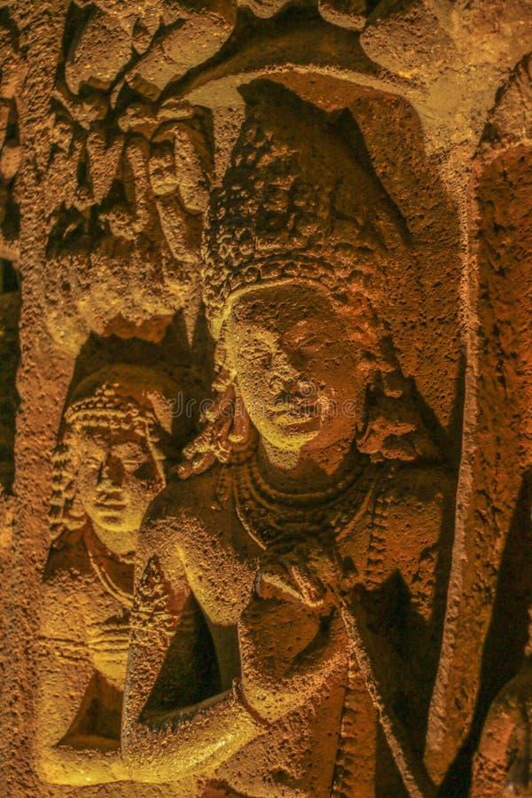 Η αρχαία πέτρα σπηλιών χάρασε το γλυπτό στη σπηλιά Ajanta στοκ εικόνες