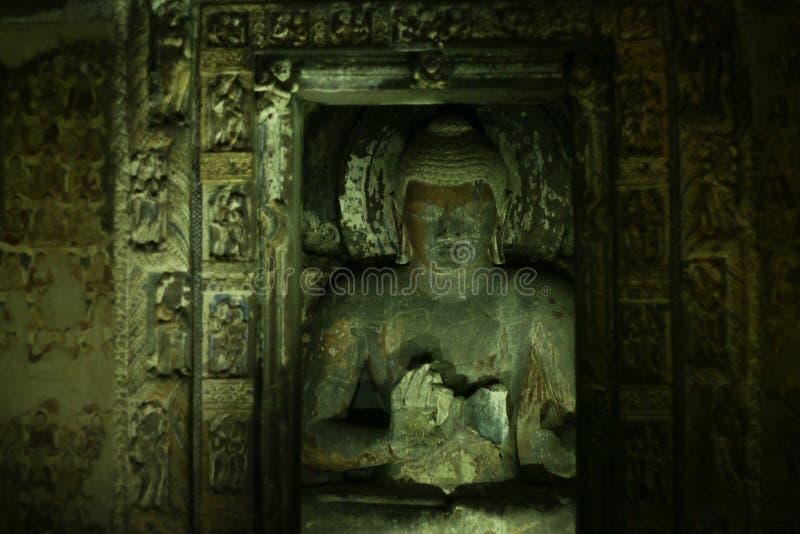 Η αρχαία πέτρα σπηλιών χάρασε το γλυπτό στις σπηλιές Ajanta στοκ φωτογραφίες με δικαίωμα ελεύθερης χρήσης