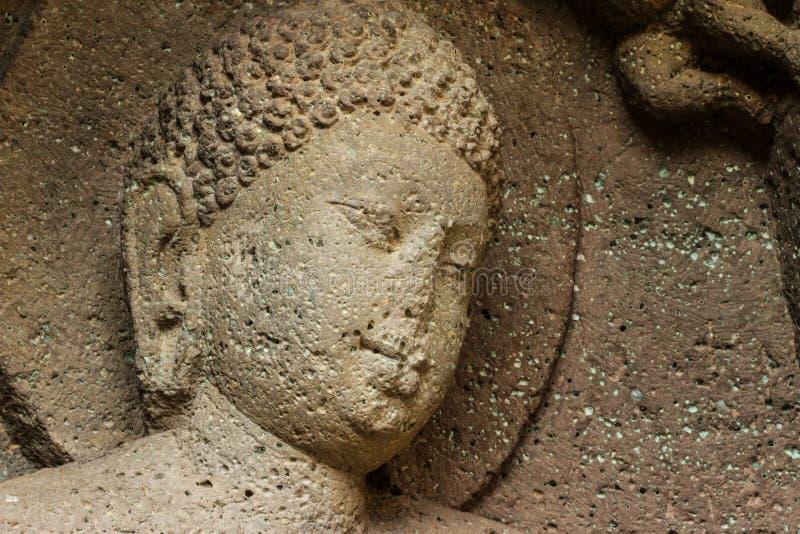 Η αρχαία πέτρα σπηλιών χάρασε το πρόσωπο στις σπηλιές Ajanta στοκ εικόνες