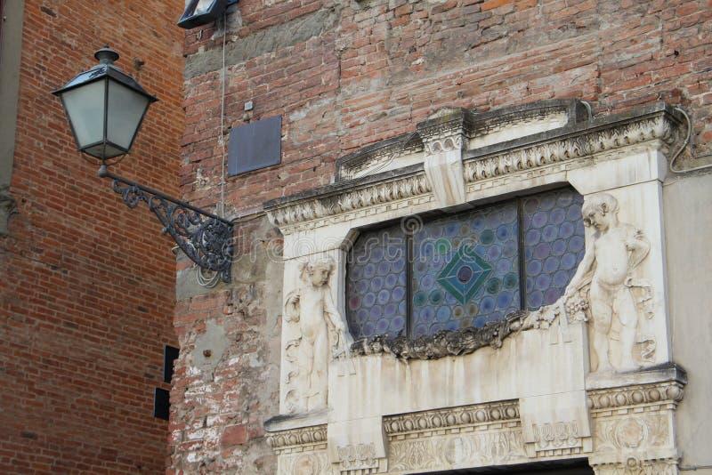 Η αρχικά bas-ανακούφιση και το φανάρι της National Bank Λιβόρνου στην πόλη Lucca, Ιταλία στοκ φωτογραφία
