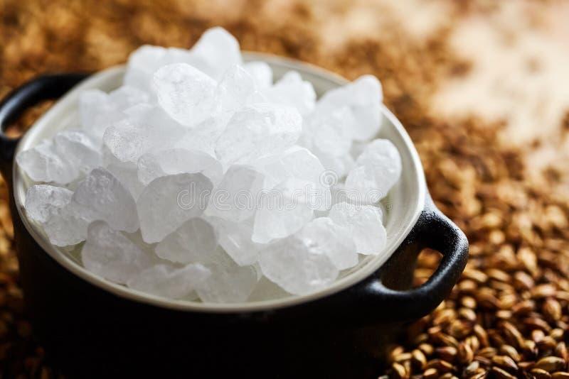 Η αρχική βελγική γλασαρισμένη άσπρη ζάχαρη σε ένα δοχείο αργίλου στοκ φωτογραφίες