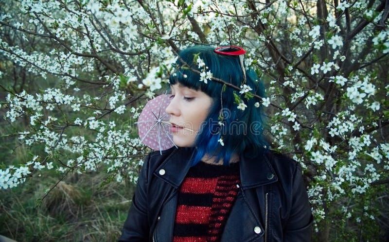 Η αρχική φωτογραφία μόδας ενός νέου κοριτσιού στην μπλε τρίχα στοκ εικόνες με δικαίωμα ελεύθερης χρήσης