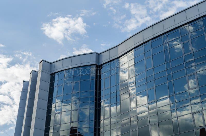 Η αρχιτεκτονική της σύγχρονης πόλης θέμα απεικόνισης εμπορικών κέντρων αρχιτεκτονικής Αντανάκλαση του ουρανού στα παράθυρα του κτ στοκ εικόνες