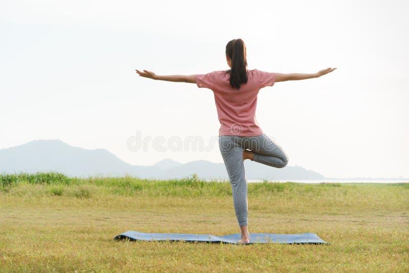Η ασιατικές νέες άσκηση γυναικών και η γιόγκα πρακτικής χαλαρώνουν τις έννοιες υποβάθρου, ζωής και υγειονομικής περίθαλψης φύσης στοκ φωτογραφία με δικαίωμα ελεύθερης χρήσης
