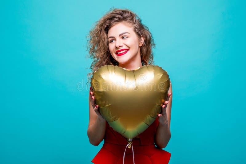 η ασιατική ανασκόπησης μπαλονιών όμορφη καυκάσια εννοιών χαριτωμένη ημέρας εκμετάλλευση καρδιών φορεμάτων κ Χαριτωμένη όμορφη νέα στοκ εικόνες με δικαίωμα ελεύθερης χρήσης