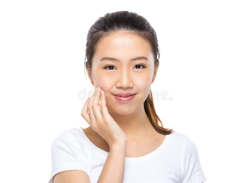 Η ασιατική γυναίκα ισχύει skincare στο πρόσωπο στοκ εικόνες με δικαίωμα ελεύθερης χρήσης