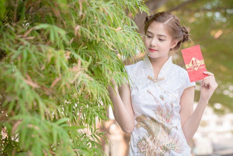 Η ασιατική γυναίκα κινεζικό couplet εκμετάλλευσης φορεμάτων «ευτυχές» (ράχη στοκ φωτογραφία με δικαίωμα ελεύθερης χρήσης