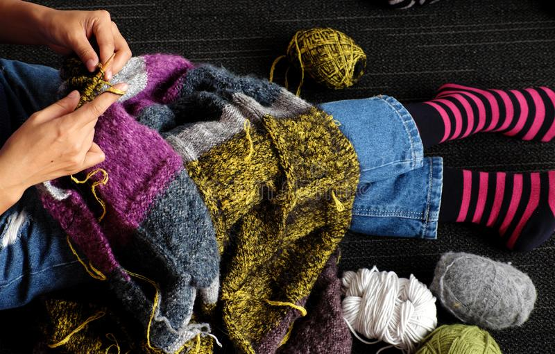 Η ασιατική γυναίκα πλέκει το μάλλινο κάλυμμα για θερμό από τη τοπ άποψη την ημέρα στοκ φωτογραφία με δικαίωμα ελεύθερης χρήσης