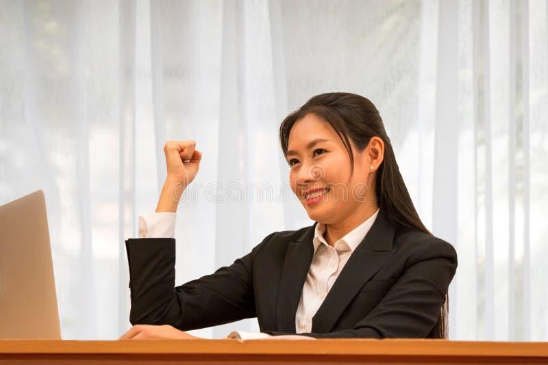 Η ασιατική γυναίκα πραγματοποιεί και χαμογελά στοκ εικόνα με δικαίωμα ελεύθερης χρήσης