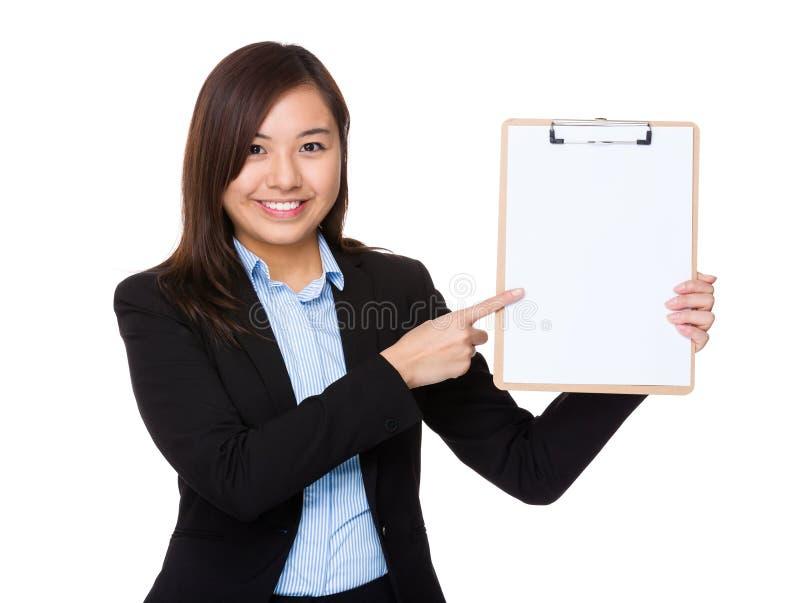Η ασιατική επιχειρηματίας παρουσιάζει με την περιοχή αποκομμάτων στοκ εικόνα με δικαίωμα ελεύθερης χρήσης
