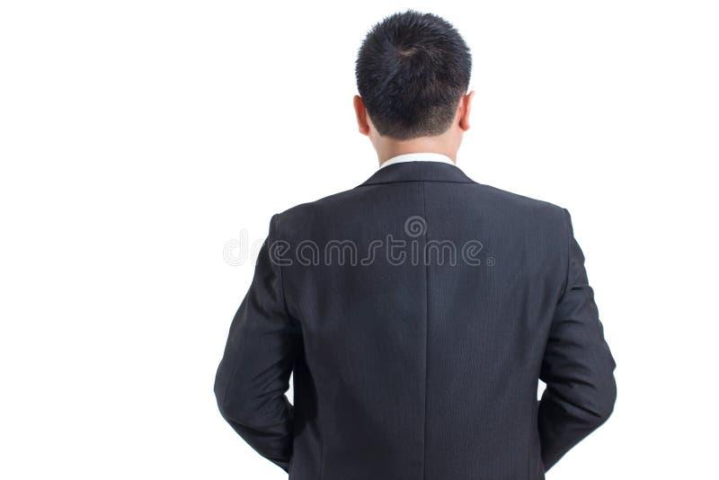 Η ασιατική επιχειρηματιών στάση κοστουμιών ένδυσης μαύρη μέχρι την πλάτη με τα διασχισμένα όπλα και εξετάζει την αριστερή πλευρά στοκ φωτογραφίες με δικαίωμα ελεύθερης χρήσης
