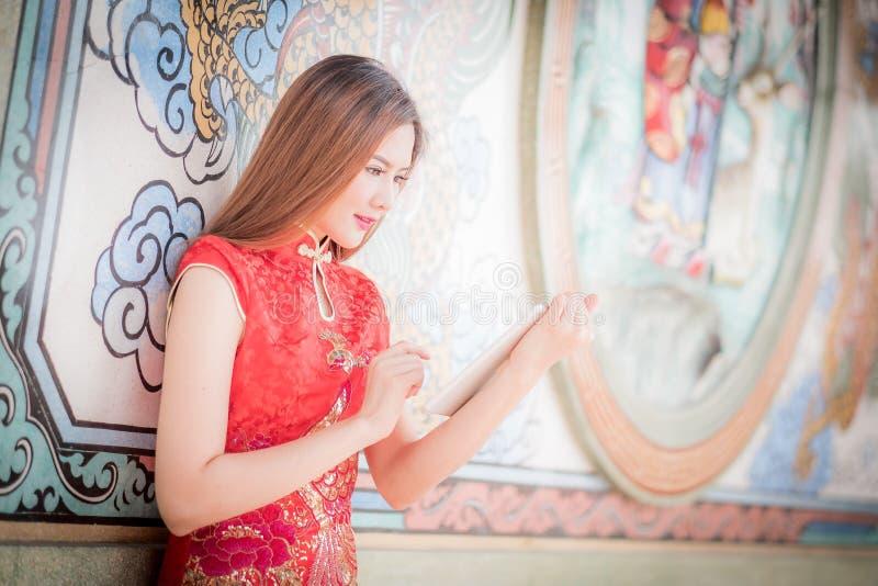 Η ασιατική κινεζική γυναίκα στο παραδοσιακό κινέζικο και τη λαβή tablel γ στοκ εικόνες με δικαίωμα ελεύθερης χρήσης