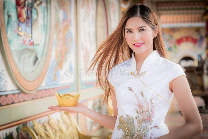 Η ασιατική κινεζική γυναίκα στο παραδοσιακό κινέζικο κρατά το κινεζικό mon στοκ εικόνες