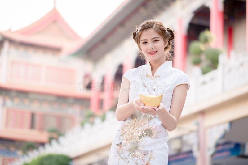 Η ασιατική κινεζική γυναίκα στο παραδοσιακό κινέζικο κρατά το κινεζικό mon στοκ φωτογραφία