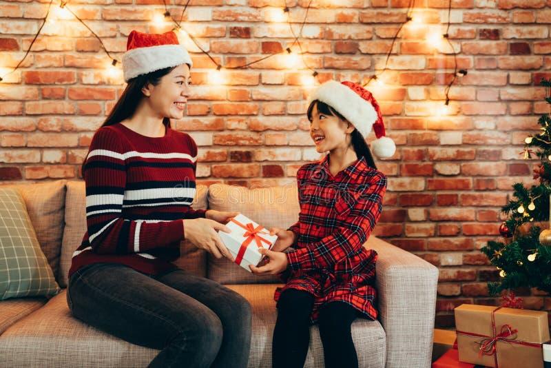 Η ασιατική οικογένεια γιορτάζει στο σπίτι στα Χριστούγεννα στοκ εικόνα με δικαίωμα ελεύθερης χρήσης