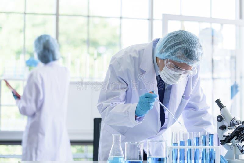 Η ασιατική ομάδα επιστημόνων έχει την έρευνα στο εργαστήριο στοκ φωτογραφία με δικαίωμα ελεύθερης χρήσης