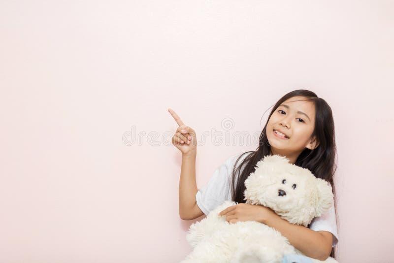 Η ασιατική ταϊλανδική υπηκοότητα μικρών κοριτσιών παιδιών με το άσπρο παιχνίδι teddy είναι στοκ εικόνες με δικαίωμα ελεύθερης χρήσης