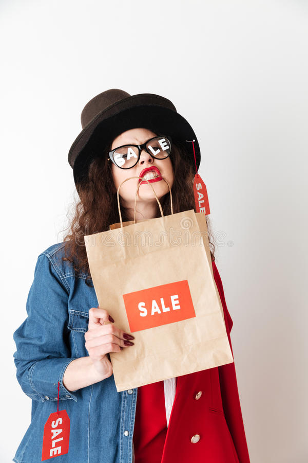 η ασιατική τσάντα ανασκόπησης τοποθετεί το όμορφο καυκάσιο κινεζικό θηλυκό σε σάκκο απομόνωσε τη μικτή πρότυπη κόκκινη πώληση ψων στοκ φωτογραφία με δικαίωμα ελεύθερης χρήσης