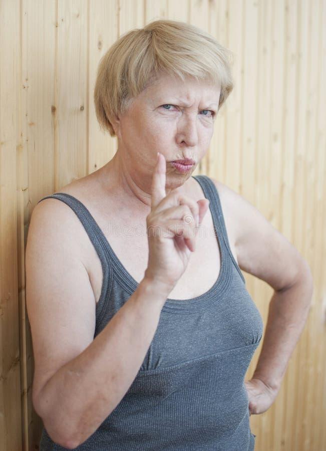 Η αστεία ηλικιωμένη γυναίκα σας απειλεί δάχτυλο στοκ φωτογραφία