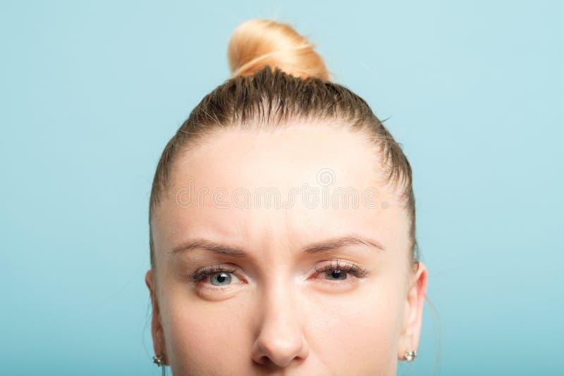 Η αστεία ύποπτη γυναίκα αδιάκριτη κοιτάζει στοκ φωτογραφία με δικαίωμα ελεύθερης χρήσης