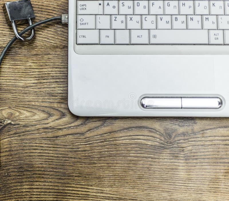 Η ασφάλεια Διαδικτύου και η έννοια προστασίας δικτύων, το λουκέτο και η σύνδεση συνδέουν στο lap-top στοκ φωτογραφίες