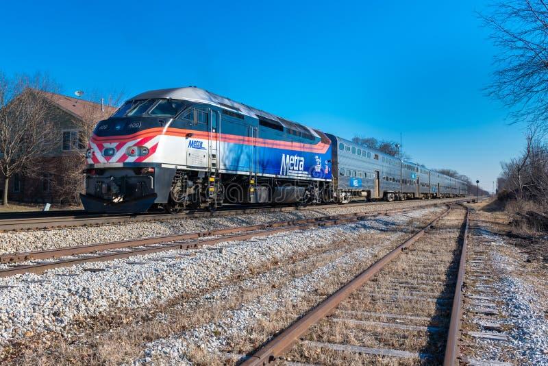 Η ατμομηχανή Metra τραβά τη αμαξοστοιχία περιφερειακού σιδηροδρόμου στοκ φωτογραφία
