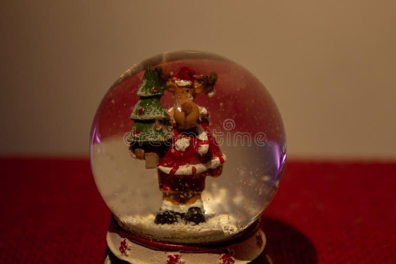 Η ατμόσφαιρα Χριστουγέννων μιας σφαίρας γυαλιού με έναν τάρανδο μέσα στοκ φωτογραφία με δικαίωμα ελεύθερης χρήσης