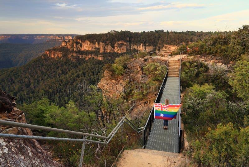 Η Αυστραλία είπε ναι τη γυναίκα που διασχίζει τη γέφυρα με τη σημαία στοκ φωτογραφίες
