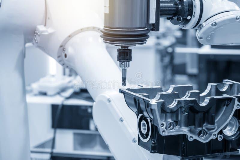 Η αυτοκίνητη διαδικασία λήξης μερών με την άλεση του άξονα συνδέει το ρομποτικό βραχίονα στοκ φωτογραφίες