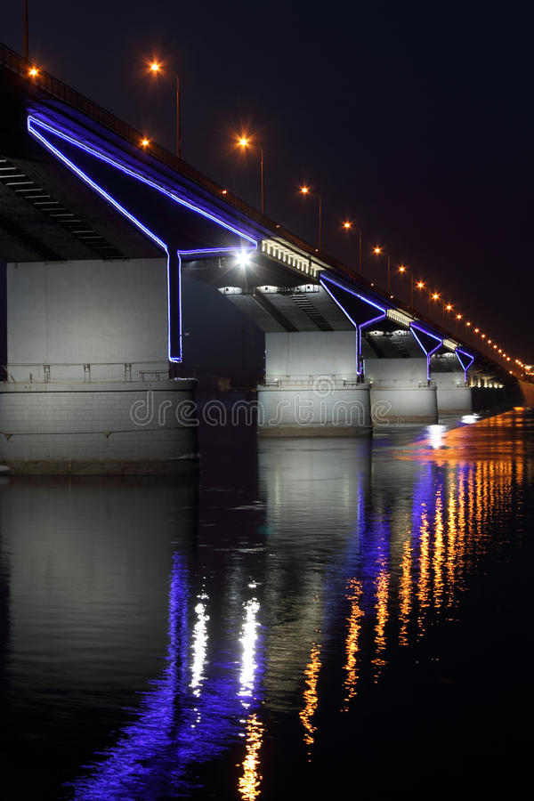Η αυτοκινητική γέφυρα σε Perm. στοκ εικόνες