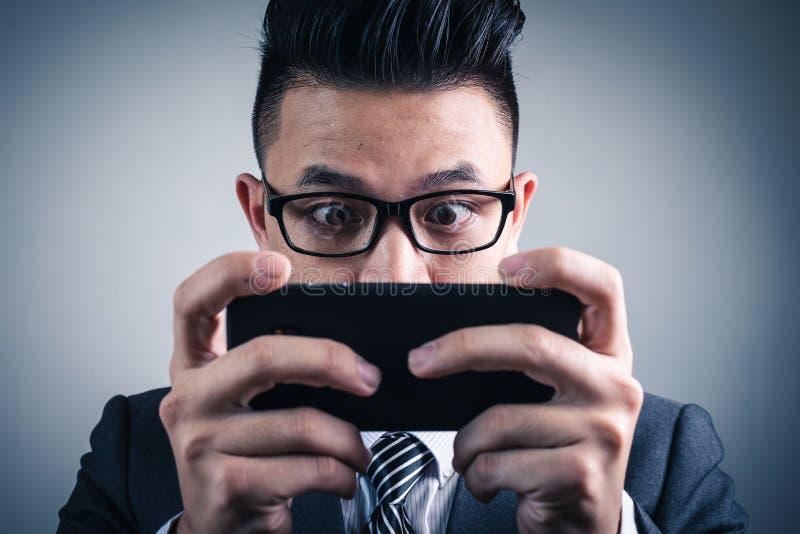 Η αφηρημένη εικόνα του gamer που παίζει το τηλεοπτικό παιχνίδι από το smartphone στοκ φωτογραφία με δικαίωμα ελεύθερης χρήσης