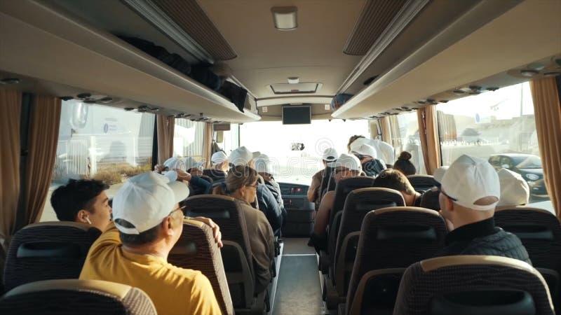 Η αφηρημένη πλάτη κινηματογραφήσεων σε πρώτο πλάνο των ανθρώπων που κάθονται στο λεωφορείο στο ταξίδι τουριστών ταξιδιού με την τ στοκ εικόνες
