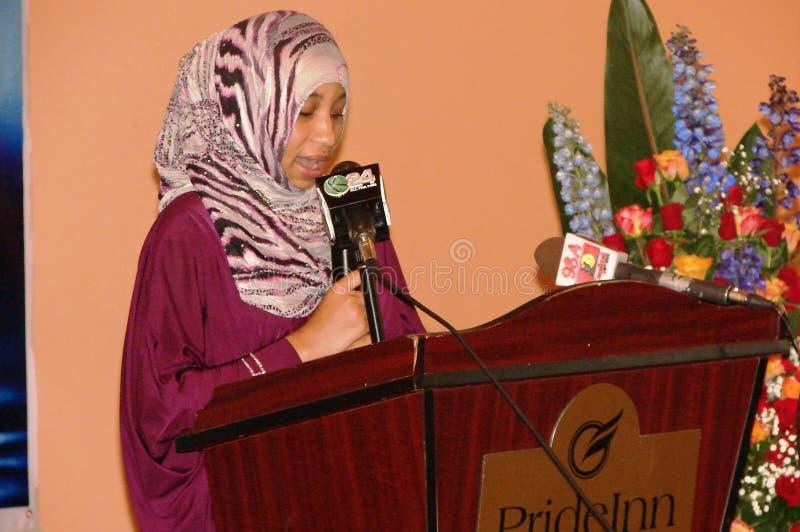 Η αφρικανική μουσουλμανική γυναίκα δίνει την ομιλία στοκ φωτογραφία με δικαίωμα ελεύθερης χρήσης