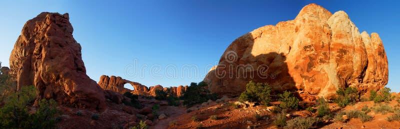 η αψίδα σχηματίζει αψίδα το εθνικό ηλιοβασίλεμα ΗΠΑ οριζόντων πάρκων πανοράματος στοκ εικόνες