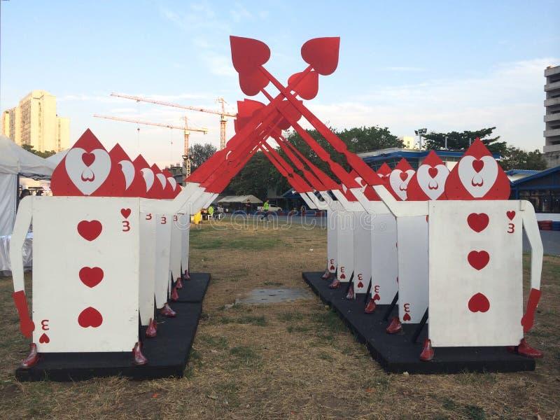 Η αψίδα κινούμενων σχεδίων των ξιφών επιδεικνύει τη διακόσμηση προτύπων στο έδαφος ως υπόβαθρο, αψίδα καρδιών καρτών παιχνιδιού,  στοκ φωτογραφίες με δικαίωμα ελεύθερης χρήσης