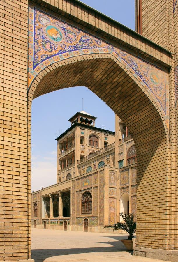 Η αψίδα στο παλάτι Golestan κοντά στο οικοδόμημα του ήλιου (υποκρίνεται ol Emareh) στην πόλη της Τεχεράνης, Ιράν στοκ εικόνα με δικαίωμα ελεύθερης χρήσης