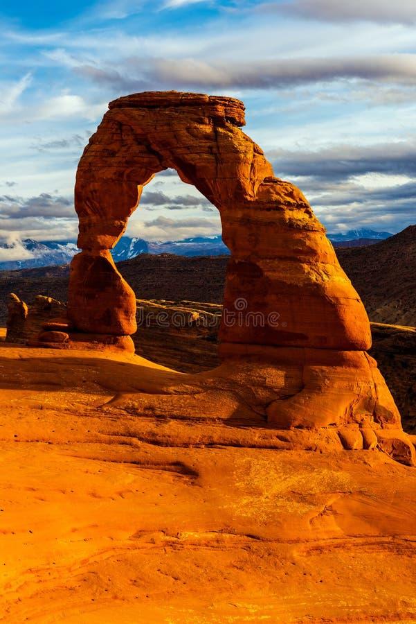 η αψίδα σχηματίζει αψίδα ανασκόπησης το λεπτό πρώιμο βραδιού χιόνι Utah πάρκων βουνών εθνικό στοκ φωτογραφία